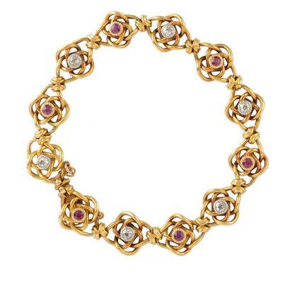 BRACELET en or jaune, la maille au motif de rosaces entrelacées ponctuées de diamants...