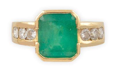 BAGUE or jaune, la monture lisse sertie de diamants de taille brillant épaulant...