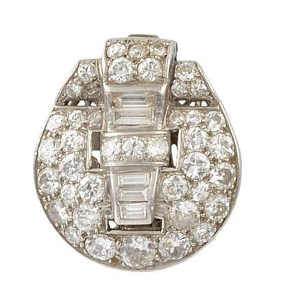 BROCHE CLIP en or gris, la monture ajourée sertie de diamants de taille brillant...