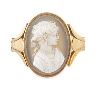 BAGUE en or jaune ornée d'un camée sur agate stylisant le profil de femme. Poids...