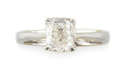 BAGUE en or gris retenant en son centre un diamant de taille coussin de 2,01 carats....