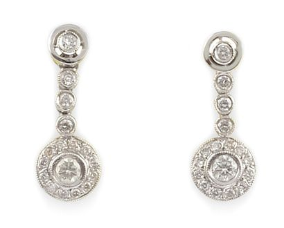PAIRE DE BOUCLES D'OREILLES en or gris, la monture sertie de diamants de taille...