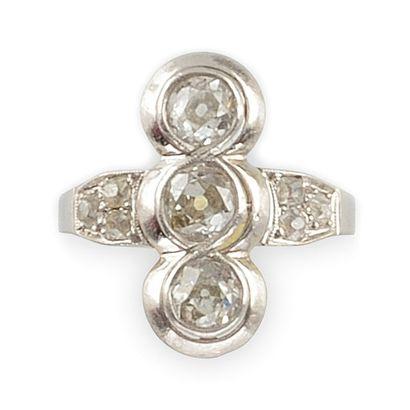 BAGUE en platine, la monture ajourée sertie de diamants de taille rose épaulant...