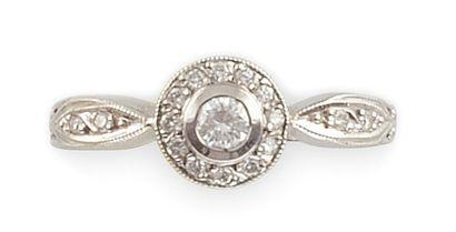 BAGUE en or gris retenant un diamant en serti clos de taille brillant moderne, la...