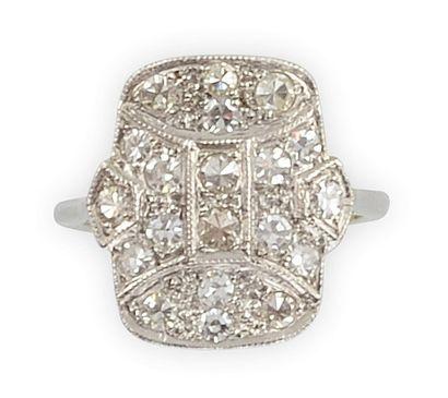 BAGUE plateau en platine, sertie de diamants...