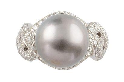 BAGUE en or gris retenant une perle de Tahïti...