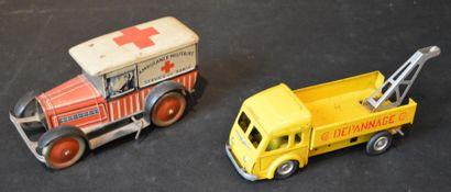« Ambulance et Dépanneuse Renault »  « Ambulance...
