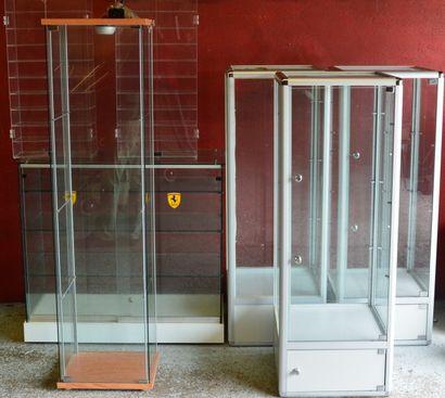 """""""Lot de vitrines"""" Comprend: une vitrine de comptoir, 46 x 102 cm,en verre avec une..."""
