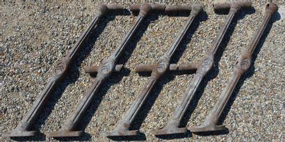 """""""5 Balustres Citröen"""" Lot de 5 balustres en fonte destinées à supporter deux rangs..."""