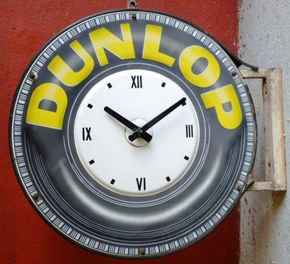 « Horloge DUNLOP »  Importante horloge émaillée ronde, représentant un pneu dont...