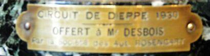 « Coupe Circuit de Dieppe 1930 »  Coupe en métal argenté sur socle marbre. Porte...