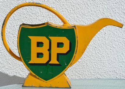 """""""Arrosoir-broc BP"""" Arrosoir-broc de station service, en tôle peinte adoptant la..."""