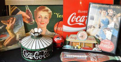 """""""Coca- Cola"""" Un abat-jour en vitrail au sigle de la marque. Un thermomètre mural..."""
