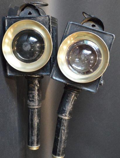 « Lanternes Hippomobiles »  Deux paires de lanternes hippomobiles. L'une en fer...