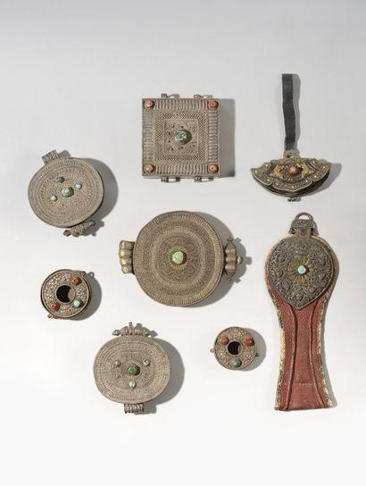 Collection composée de huit objets en laiton...