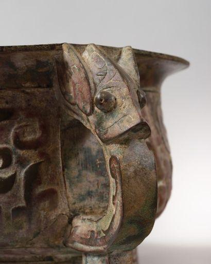 CHINE Brûle-parfum circulaire en bronze à patine verte rouge et brune, les anges...
