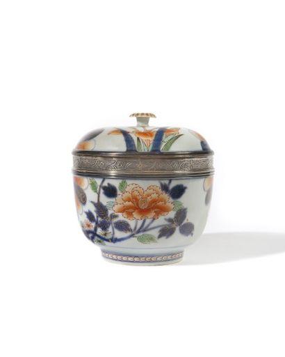 JAPON Bol circulaire couvert, en porcelaine, décoré dans la palette Imari de « Mon»,...