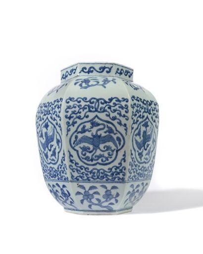CHINE Vase en porcelaine de forme balustre hexagonal, décoré en bleu sous couverte...