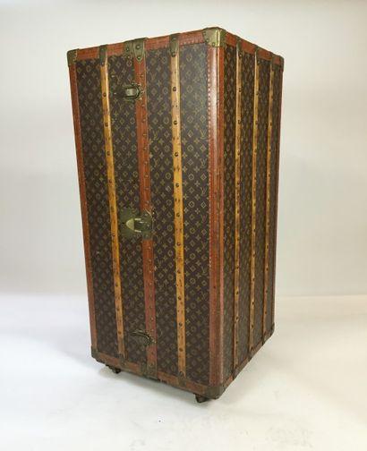 LOUIS VUITTON LOUIS VUITTON    MALLE cabine WARDROBE en bois et toile Monogram. Bordures...