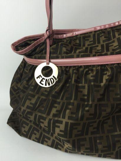 FENDI GRAND SAC cabas en toile Monogram Fendi marron et cuir vernis rose. Porté épaule....