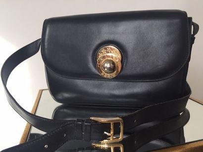 CELINE SAC en cuir bleu marine, fermoir en forme de demi-sphère en métal doré, anse...