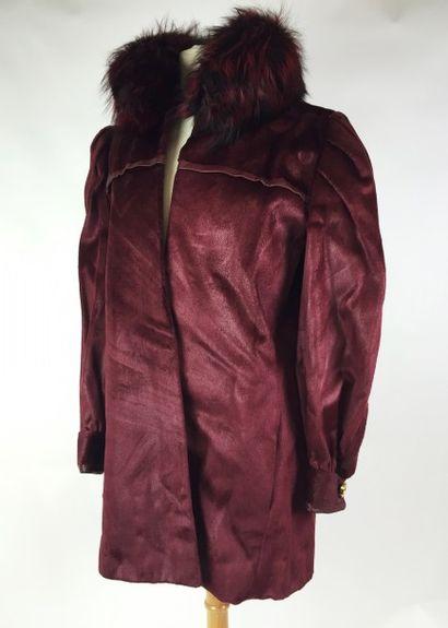 CHRISTIAN DIOR Haut Couture MANTEAU en fourrure bordeau. Accompagné de sa ceinture...