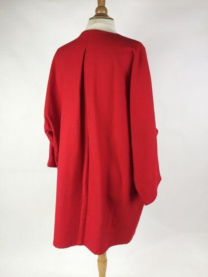 GIVENCHY couture MANTEAU en laine corail façon chauve-souris. Bon état général. ...