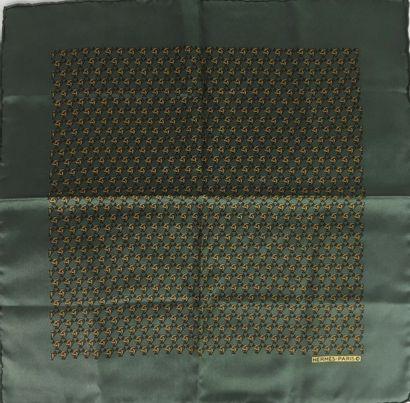 HERMES Paris DEUX pochettes en soie. La première dans les tons gris. Parfait état....