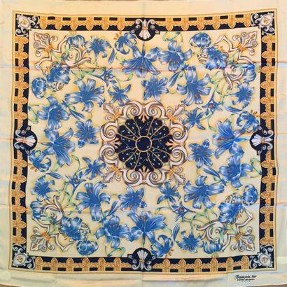 Pierre BALMAIN CARRE en soie « Francois I » au décor de lys dans les tons bleu, ivoire...
