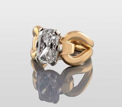 RENE BOIVIN SOLITAIRE en or jaune retenant en son centre un diamant de taille coussin...