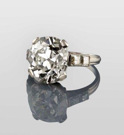 BAGUE en platine, retenant en son centre un diamant de 7,15 carats de taille cousin...