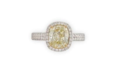 BAGUE en or gris ornée d'un diamant Fancy...