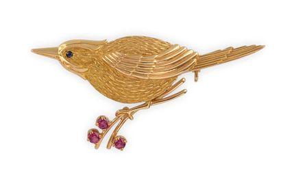 BROCHE en or jaune stylisant un oiseau, le...