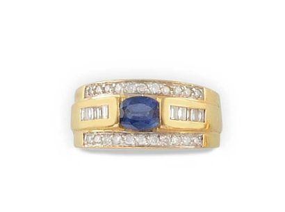 BAGUE en or jaune, ornée d'un saphir de taille ovale, épaulé par dix diamants de...
