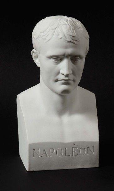 SÈVRES Buste en biscuit représentant Napoléon Ier de face d'après le buste en marbre...