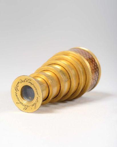 Jumelle de poche Dite aussi « Dandy » en écaille blonde à décor en «piqué-clouté...
