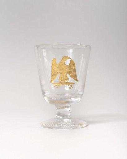 Verre sur pied En cristal gravé sur le devant de l'aigle Impériale sur foudre. Pied...