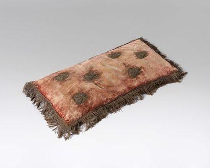 Grand coussin rectangulaire En velours de soie rouge (insolé), orné de six petites...