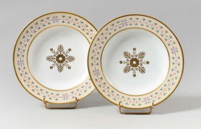 SÈVRES Deux assiettes à potage en porcelaine...