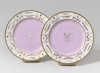SÈVRES Deux assiettes en porcelaine dure...