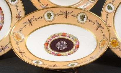 SÈVRES Compotier ovale sur piédouche en porcelaine...
