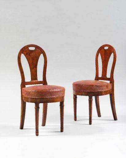 Paire de chaises à dossier arrondi ajouré...