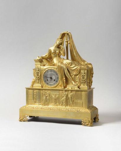 Pendule de forme borne en bronze redoré représentant...