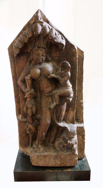 Stèle en pierre, sans doute en grès, divinité...