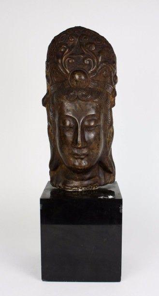 CHINE Tête de Guanyin en pierre, surmontée...