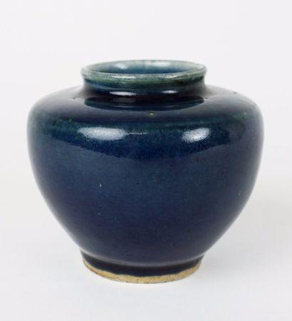 CHINE Petit vase de forme balustre à épaulement,...