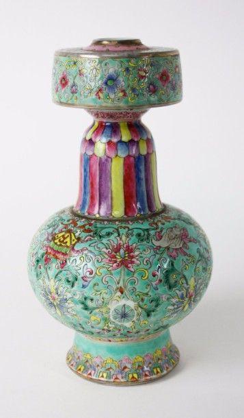 CHINE Vase d'autel en porcelaine de forme...