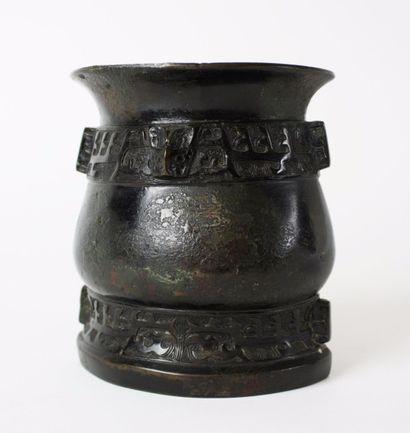 CHINE Petit vase faisant office de brûle-parfums...