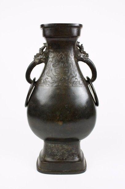 CHINE Grand vase d'autel de forme balustre...
