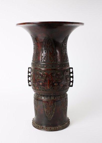 CHINE Vase d'autel de forme Yenyen en bronze...